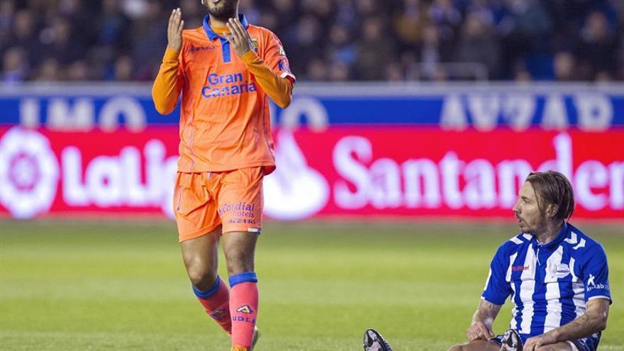 El jugador de la UD Las Palmas Jonathan Viera (i) se lamenta tras una ocasión fallada, durante el partido de Liga en Primera División ante el Deportivo Alavés en el estadio de Mendizorrotza, en Vitoria. EFE/Adrián Ruiz de Hierro