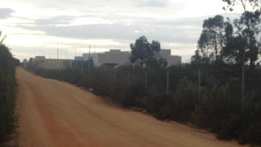 El camino de acceso al hospital, con el edificio al fondo.