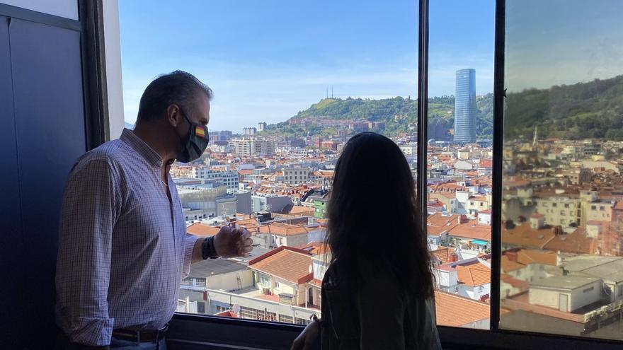 """Rocío Monasterio inaugura la sede de Vox en Bilbao entre gritos de """"fuera fascistas"""": """"Cada piedra que nos lanzan es un orgullo"""""""