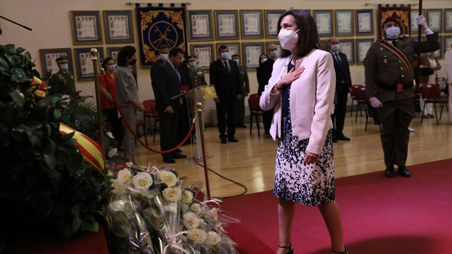 La ministra de Defensa, Margarita Robles, se acerca al altar durante un acto de homenaje a los militares y miembros de las Fuerzas y Cuerpos de Seguridad del Estado fallecidos en Afganistán, a 28 de junio de 2021, en la Escuela de Guerra del Ejército, en