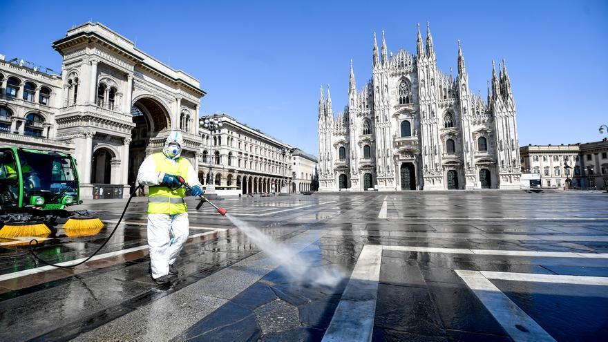 Un operario desinfecta la plaza del Duomo en Milán (Italia).