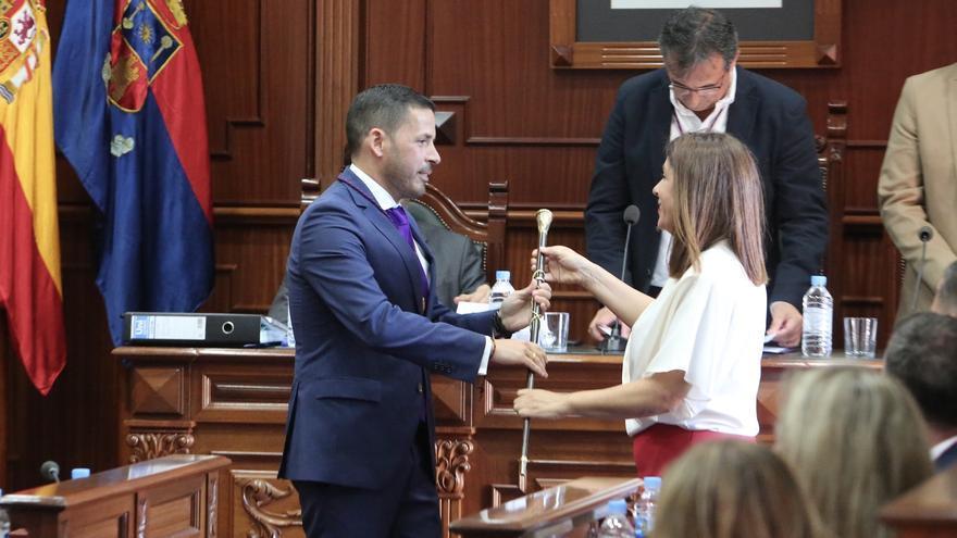 Carmen Hernández (NC) entrega el bastón de mando a Héctor Suárez.