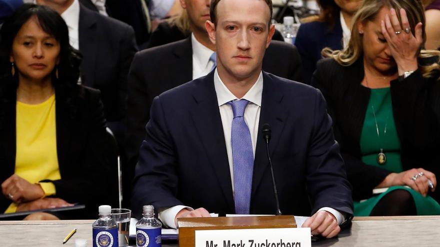 Mark Zuckerberg, CEO de Facebook, testificando ante el congreso de los EEUU