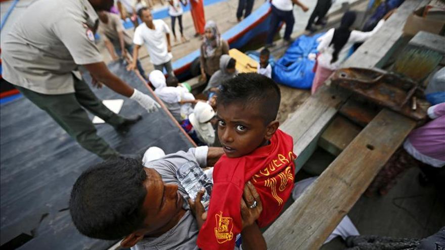 Migrantes llegan a Kuala Langsa tras ser rescatados por una embarcación pesquera, en la región de Aceh (Indonesia) la semana pasada./ EFE.