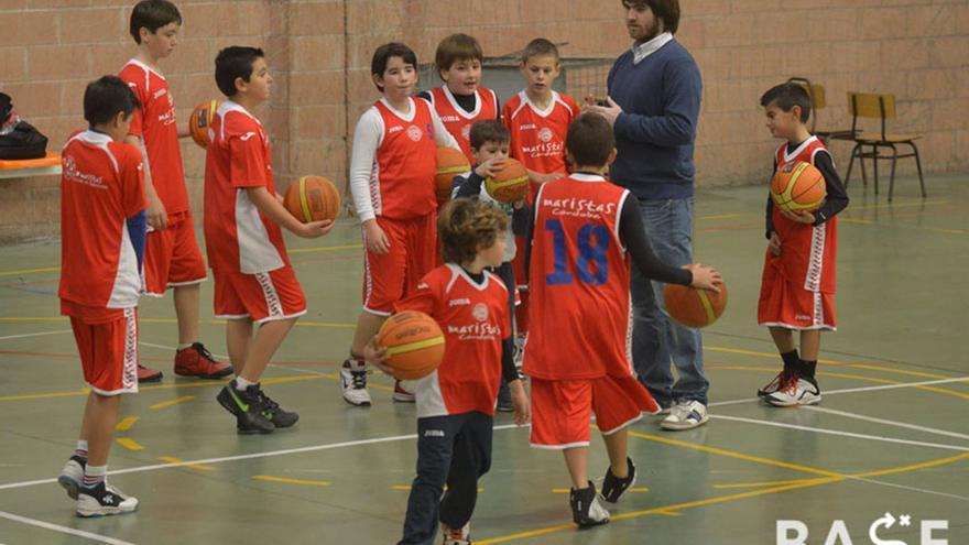 Niños de la cantera del Club Baloncesto Maristas en el pabellón del Colegio Cervantes.