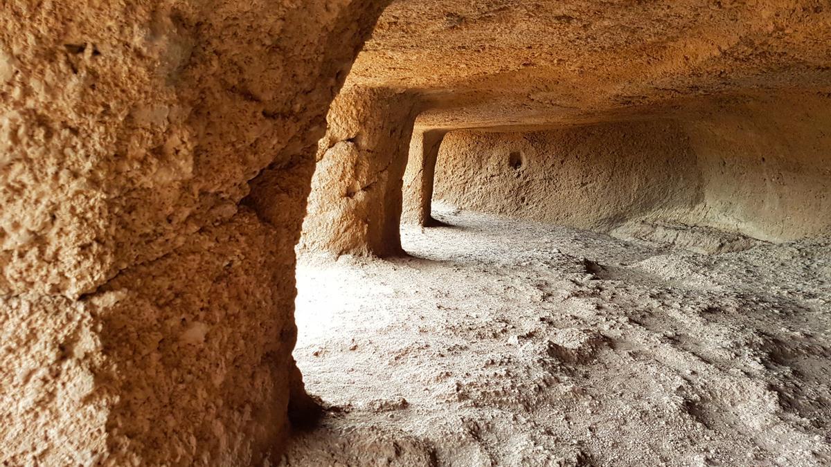 Interior de la gran sala excavada de Cuatro Puertas.