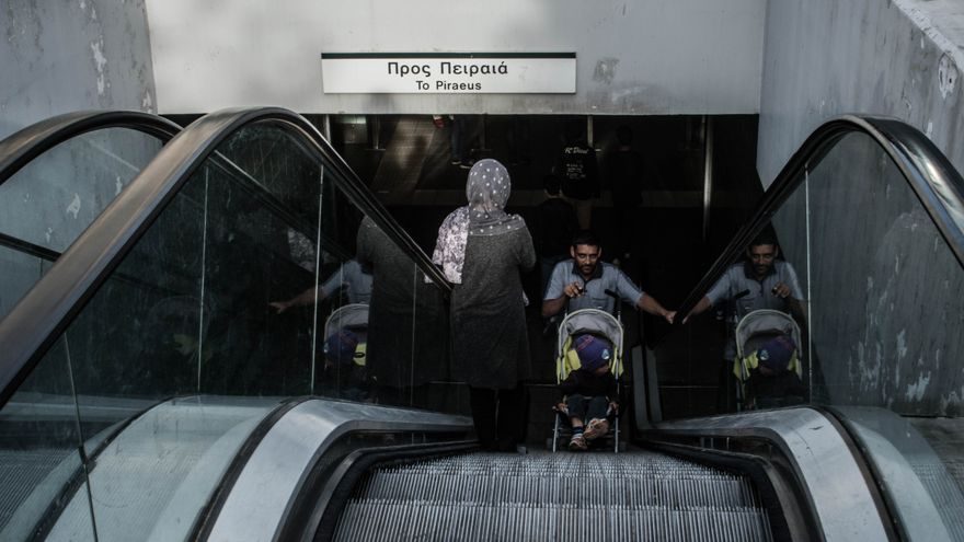 Refugiados en la plaza del La Victoria, en Atenas (Ankor Ramos)