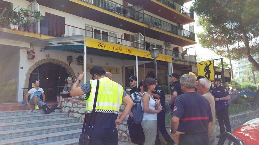 Vecinos desalojados en un edificio de Les Rotes, en Dénia.