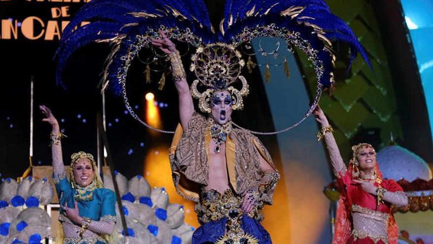 Drag Chuchi con su fantasía 'Repite mi nombre...'. (EFE/Angel Medina G).
