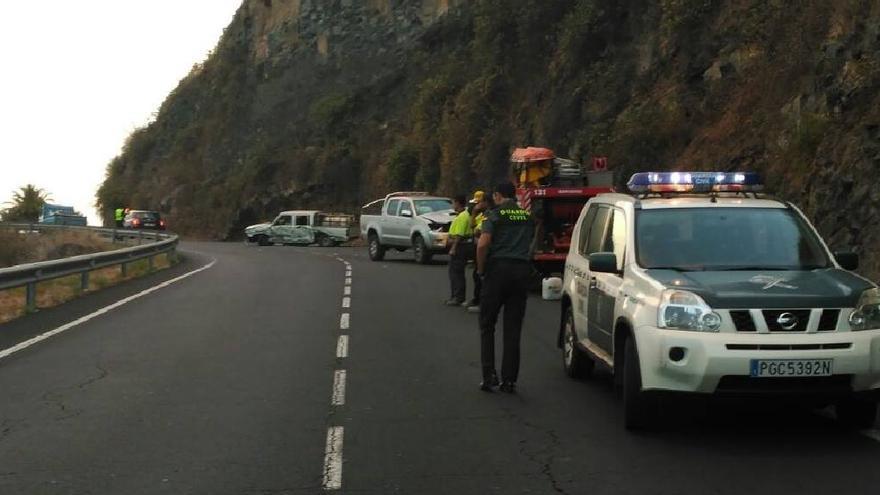 Imagen del accidente registrado este lunes en la carretera LP-1, a la altura del kilómetro 19, en Los Galguitos. Foto: Bomberos La Palma