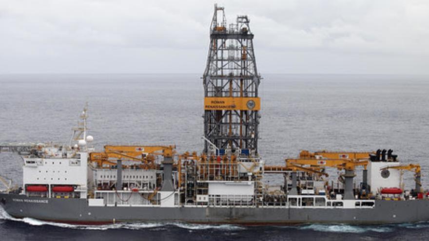 El buque Rowan Reinassance, que realizará los sondeos petrolíferos en aguas cercanas a Canarias, en su travesía hasta la zona.