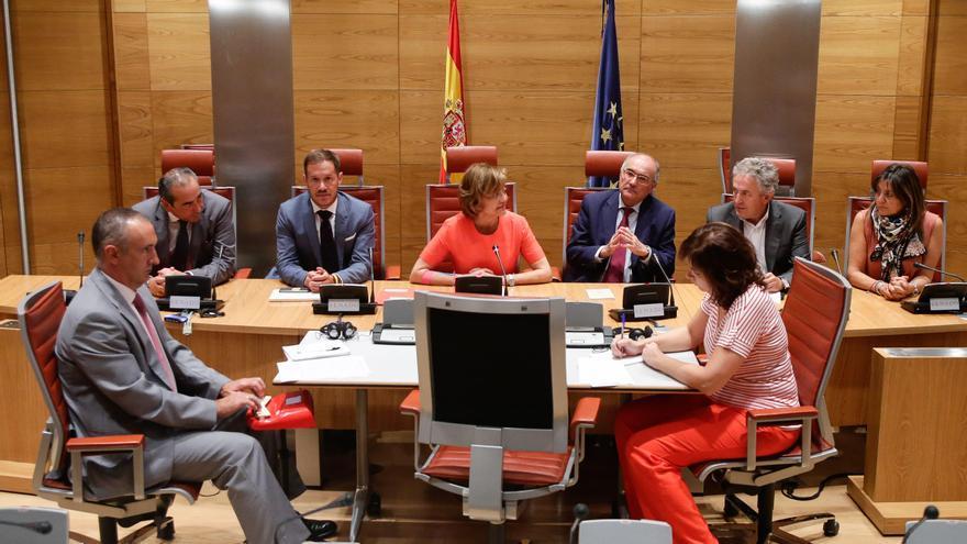 Mariano Hernández Zapata (segundo por la izquierda), en una reunión de la Comisión de la Función Pública del Senado.