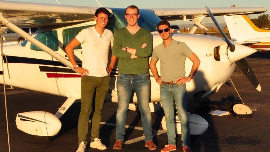 Bertrand Joab-Cornu (derecha), fundador de Wingly, junto a dos de sus socios.