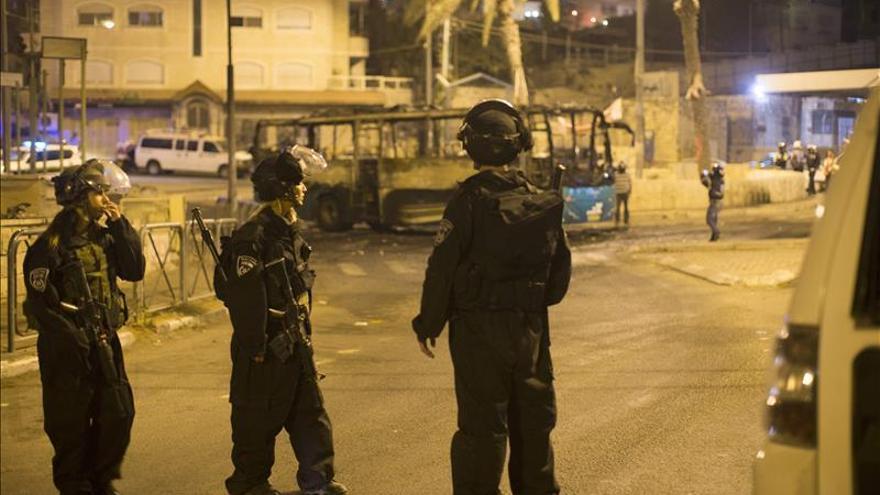 Israel limita el acceso a las mezquitas tras una noche de violencia en Jerusalén
