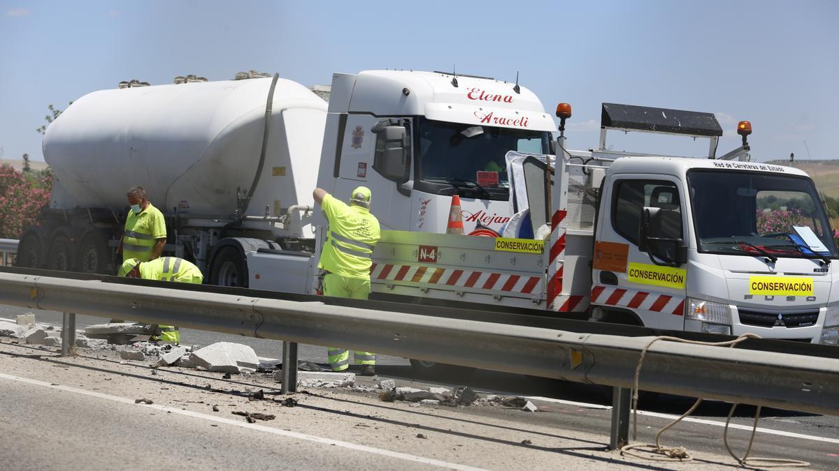 Operarios trabajando en el lugar del accidente en la A4 este lunes
