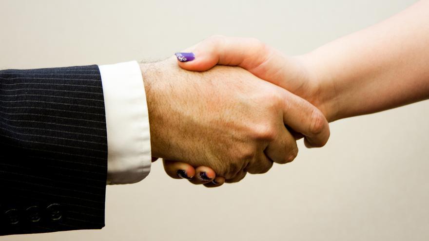 Apretón de manos. Foto por www.flazingo.com