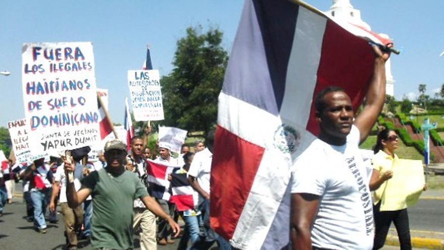 Manifestación a favor de las restricciones a ciudadanos de ascendencia haitiana  (Efe)