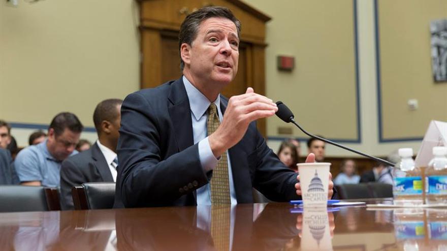 FBI mantiene su decisión de no procesar a Clinton tras revisar nuevos correos