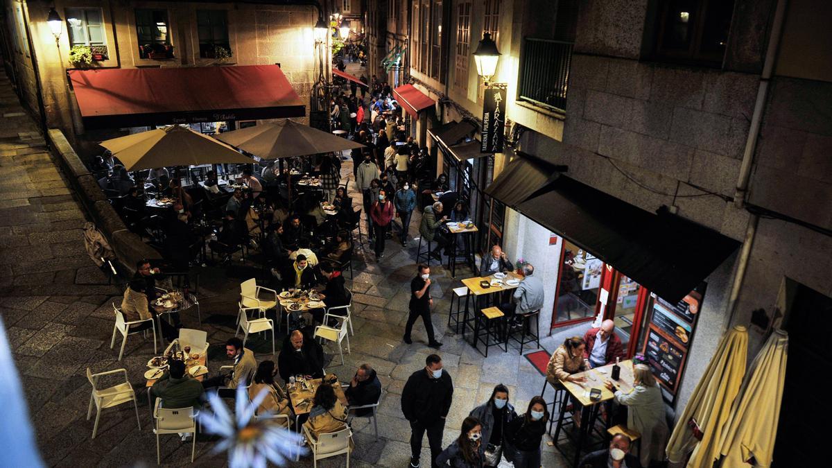Varias personas en terrazas de bares, en la Rúa dos Fornos, en Ourense (Galicia).