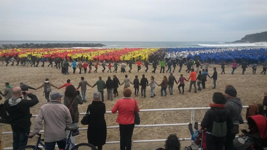 """Diez mil personas forman en San Sebastián un mural de apoyo a Cataluña, como """"un paso más"""" hacia """"la normalización"""""""