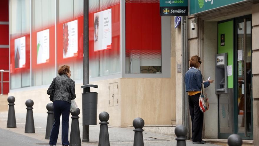 Las comisiones bancarias de hasta 14.000 % esquivan su paso a los tribunales