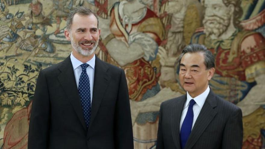 Felipe VI y el ministro chino de Exteriores examinan la cooperación bilateral