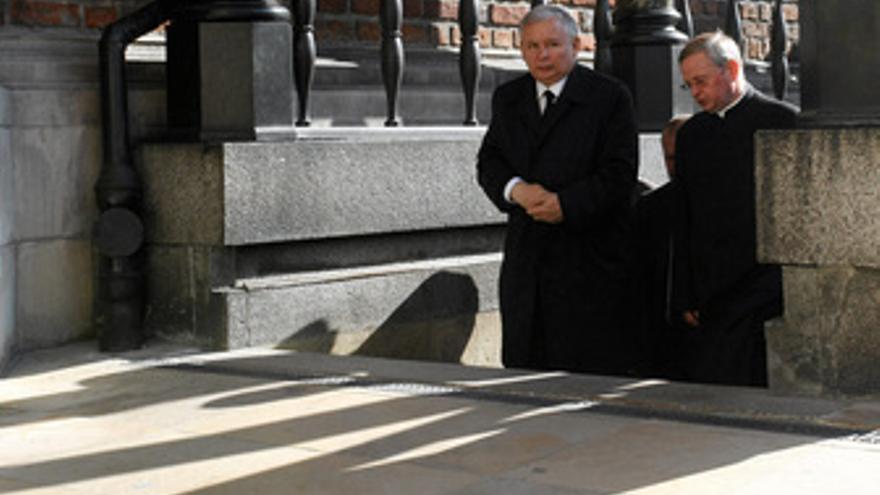 Kaczynski visitando la tumba de su hermano, Polonia