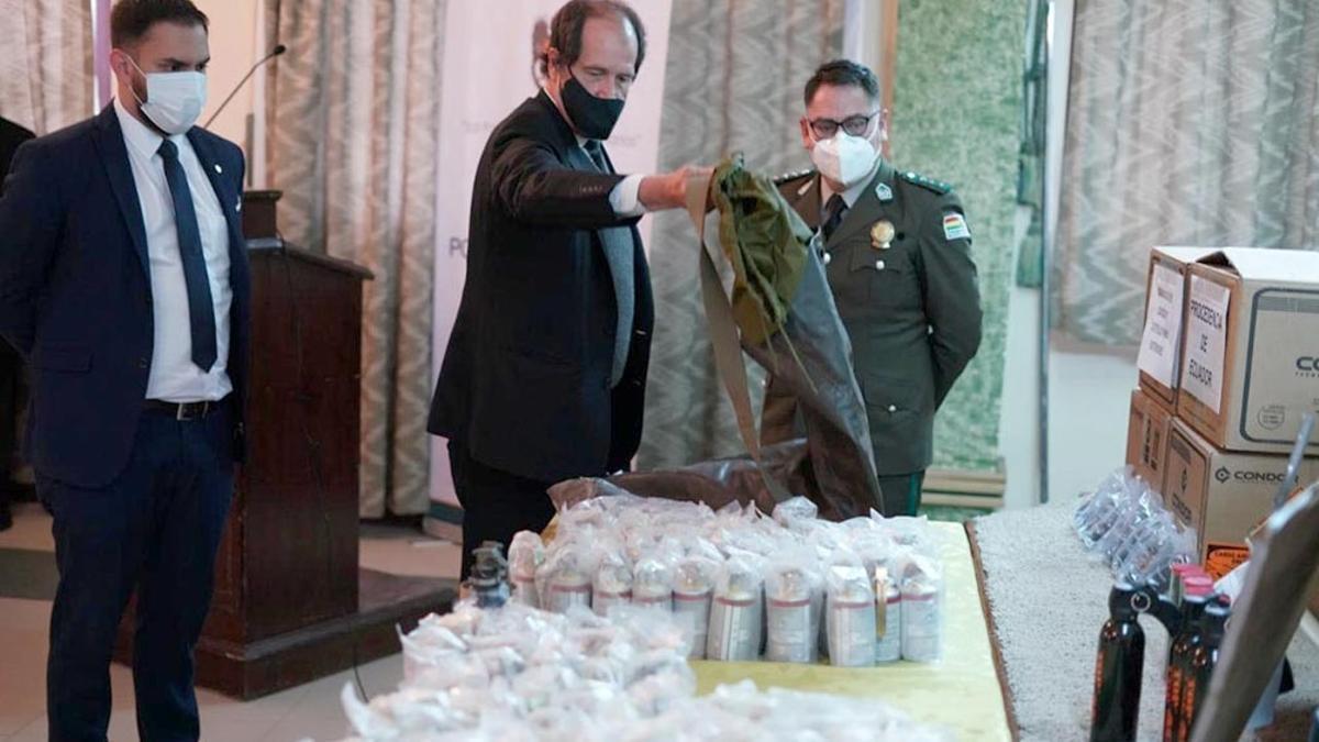 El ministro de Gobierno de Bolivia, CarlosEduardo del Castillo, exhibió en una conferencia de prensa las municiones encontradas en los depósitos de la policía que corresponderían al envío de material antidisturbios por parte gobierno de Mauricio Macri.
