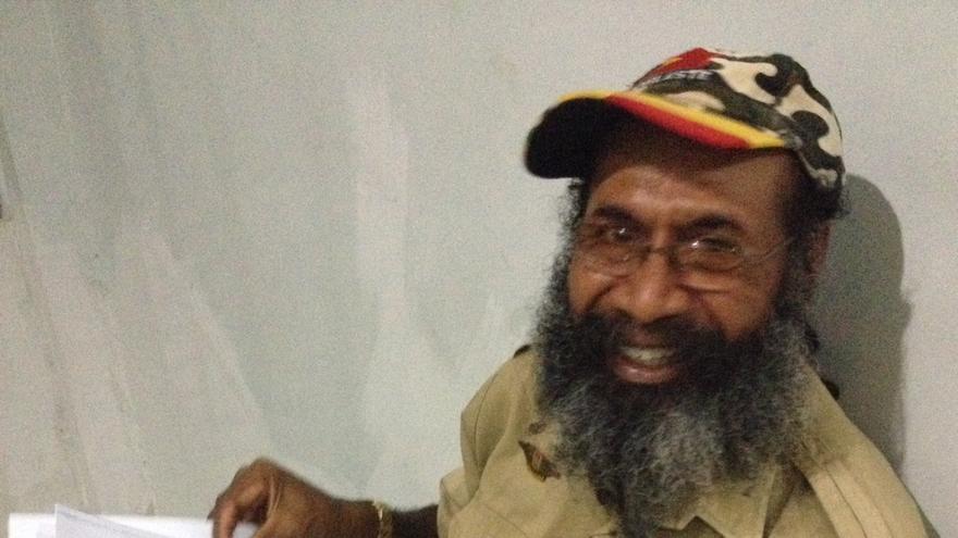 Filep Karma, activista y abogado por los derechos de la población de Papúa Nueva Guinea de Indonesia, con las peticiones de Amnistía Internacional para su liberación © Amnesty International