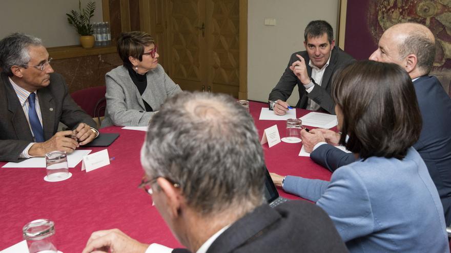 Fernando Clavijo presidiendo la mesa de diálogo entre los sectores de la Construcción y Turismo