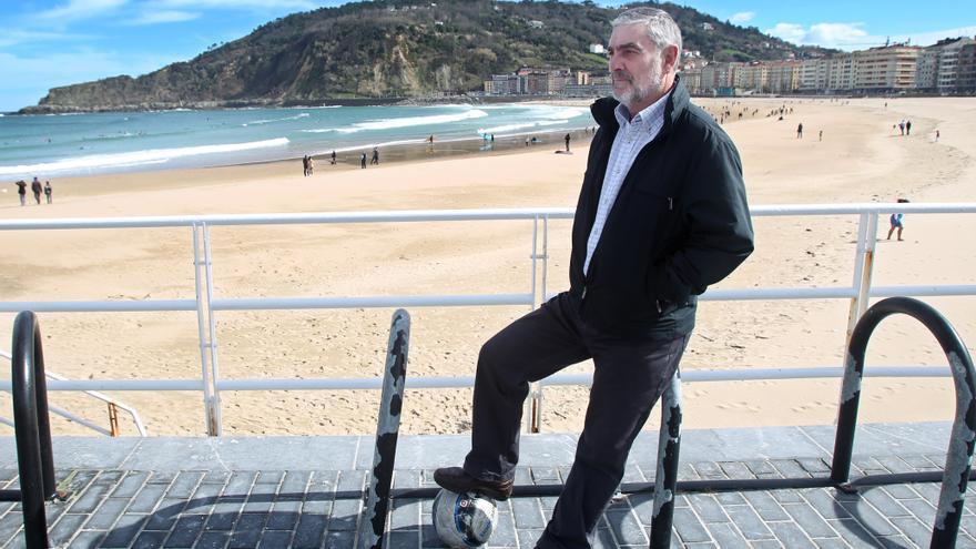 Juan Manuel Bazurco en la playa de La Concha en San Sebastián. Javi Colmenero