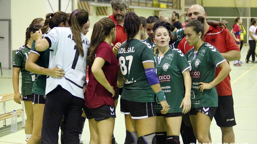 Jugadoras y técnicos del Adesal durante un partido   ÁLEX GALLEGOS