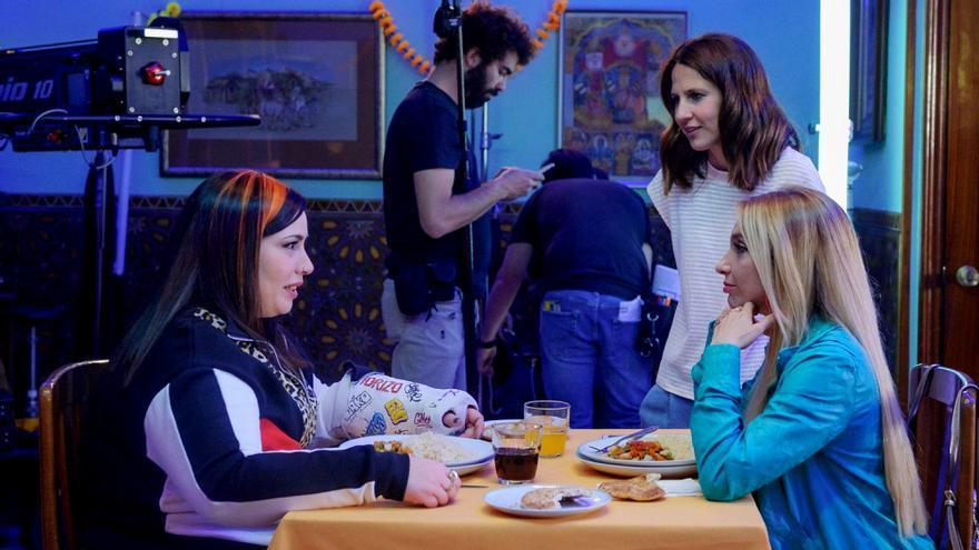 Manuela Burló Moreno, Marta Martin y Saida Benzal en el rodaje de 'Por H o por B'