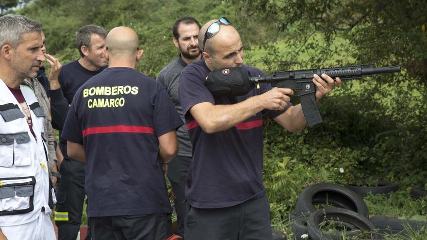 Camargo instruye a sus bomberos para eliminar nidos de avispa asiática con disparo de bolas de insecticida congelado