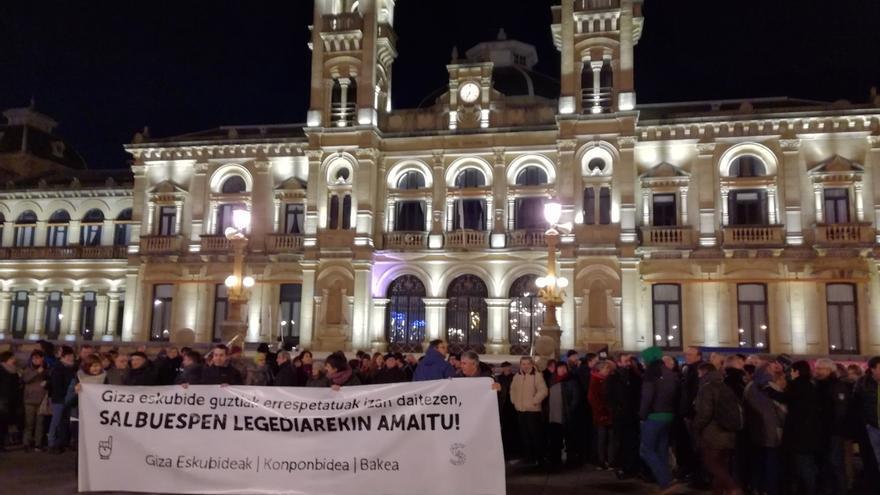 Unas 300 personas se concentran en San Sebastián para exigir la puesta en libertad de la presa de ETA Sara Majarenas