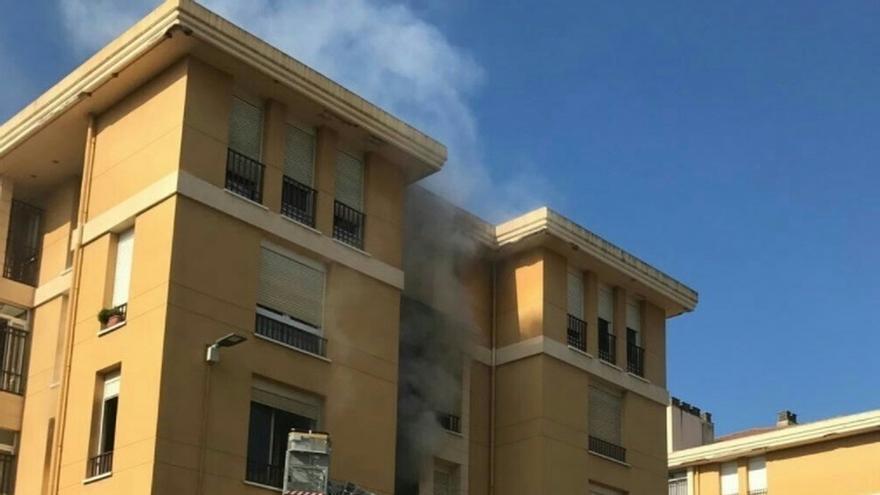 Un incendio calcina la habitación de un piso en Peñacastillo
