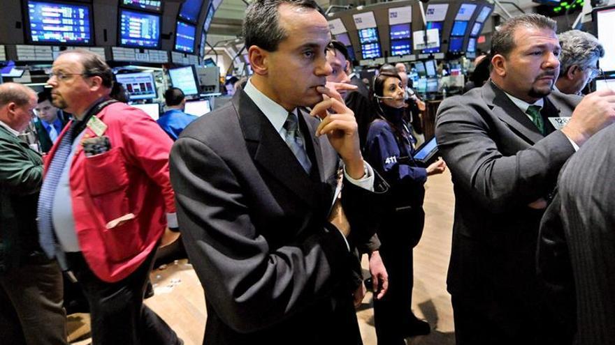 Wall Street se mantiene en terreno negativo a media sesión