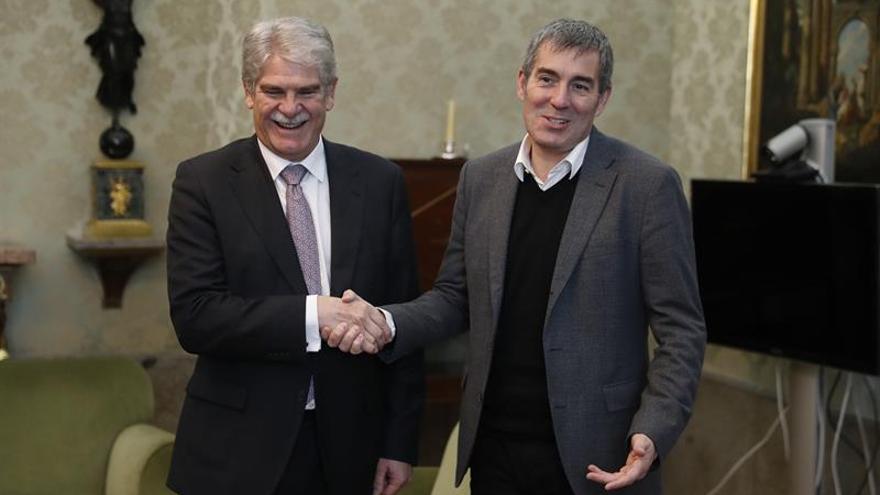 El ministro de Asuntos Exteriores y Cooperación, Alfonso Dastis (i) recibe al presidente de Canarias Fernando Clavijo