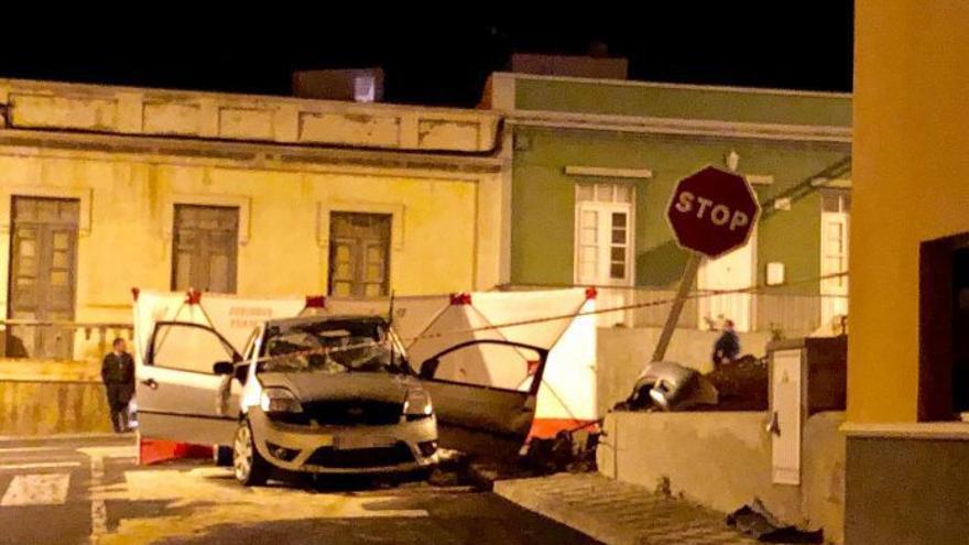 El vehículo accidentado en la noche de este sábado en Los Silos (Tenerife)