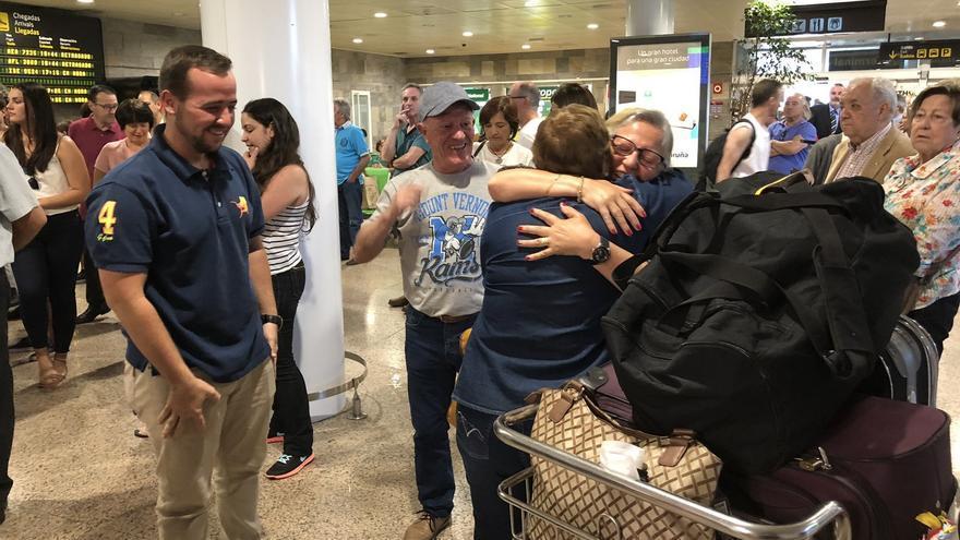 Emigrantes gallegos recibidos en un aeropuerto