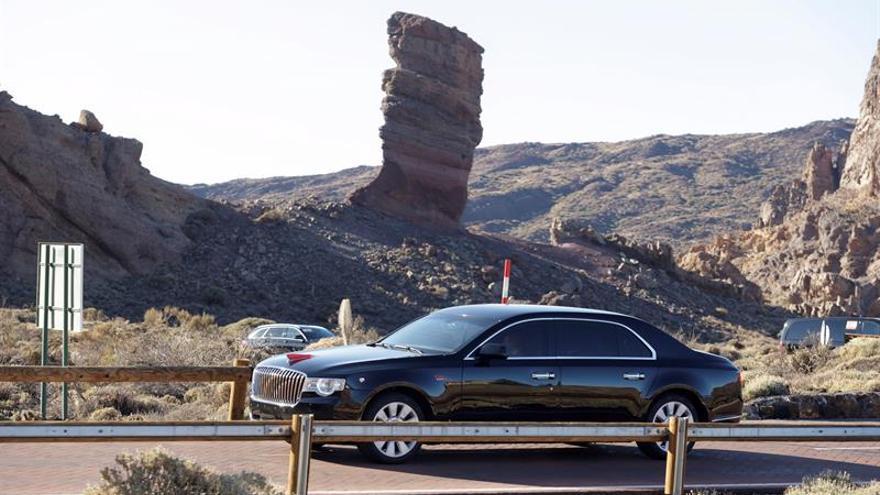 El vehículo del presidente de China, Xi Jinping, abandona el Parque Nacional de El Teide. EFE/Ramón de la Rocha