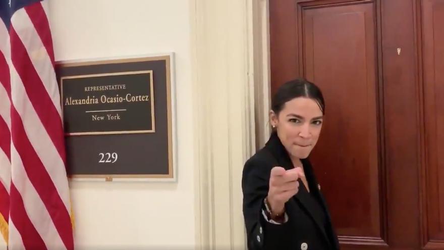 Alexandria Ocasio-Cortez a la entrada de su despacho en el Congreso de EEUU