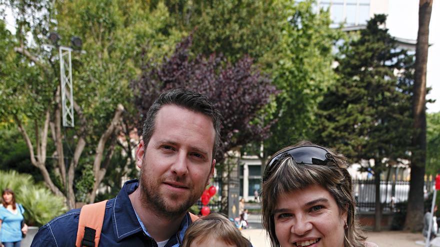 Pilar junto a su marido Eugeni y su hija Nahia ayer en el encuentro de Hermanos de Leche.