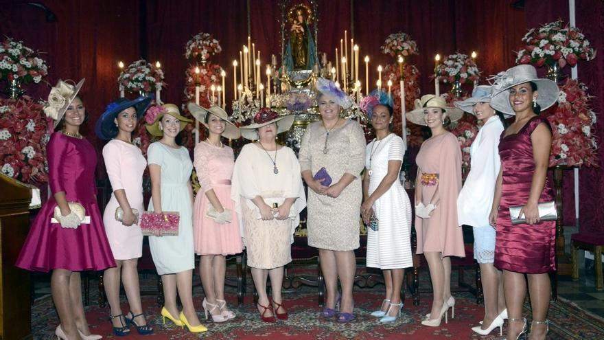 La alcaldesa, Noelia García (centro)  junto a la imagen de La Patrona.