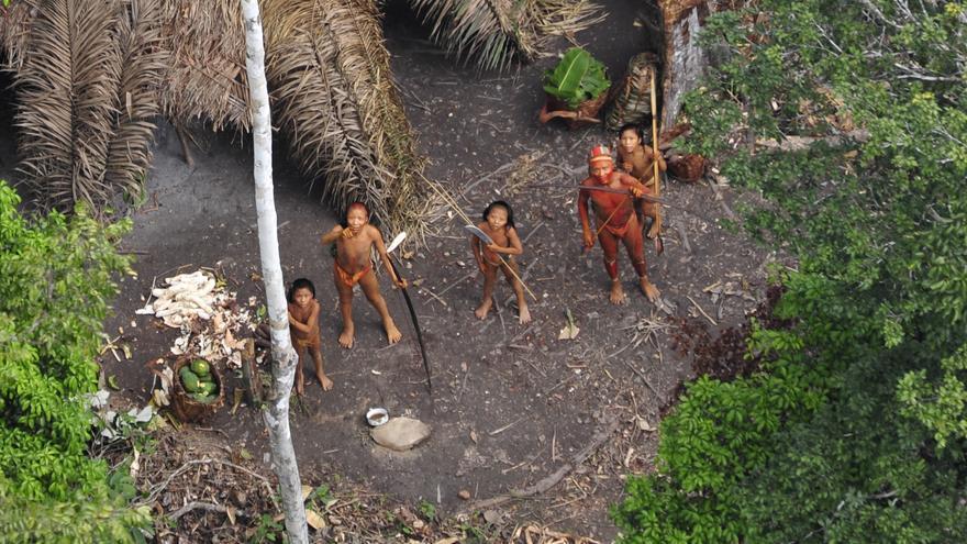 Indígenas aislados desde el aire, en el estado de Acre, Brasil occidental. En el mundo viven más de un centenar de pueblos indígenas aislados, los más vulnerables del planeta. Poblaciones enteras están siendo exterminadas por la violencia ejercida por los foráneos que arrebatan sus tierras y recursos, así como por enfermedades como la gripe y el sarampión, frente a las que no tienen inmunidad. COPYRIGHT © G. Miranda/FUNAI/Survival