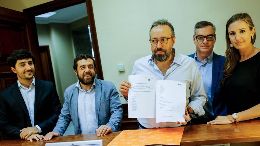 Melisa Rodríguez, con otros dirigentes de C's, tras registrar este jueves el Grupo Parlamentario de Ciudadanos en el Congreso de los Diputados.