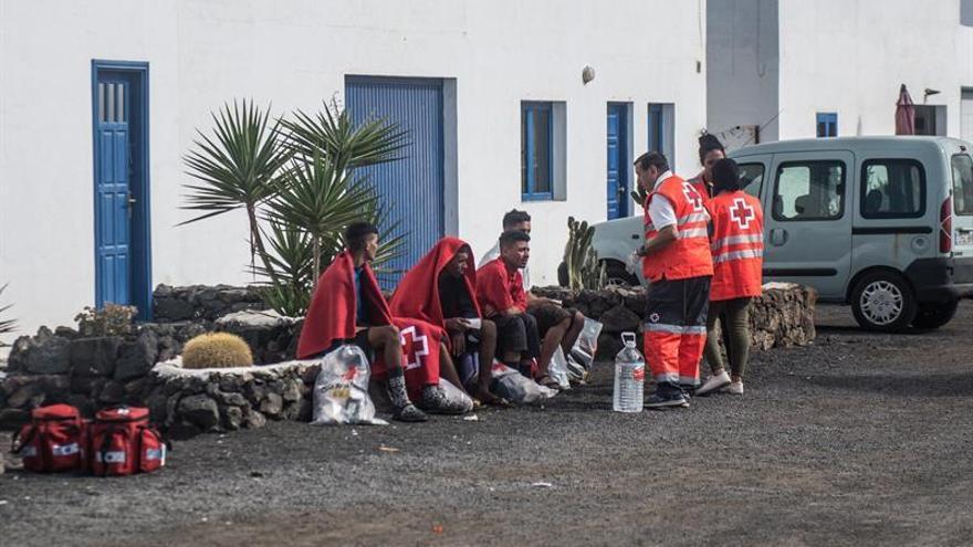 Rescatados cuatro migrantes localizados vivos en tierra tras volcar una patera en la costa de Caleta de Caballo. EFE/JAVIER FUENTES.
