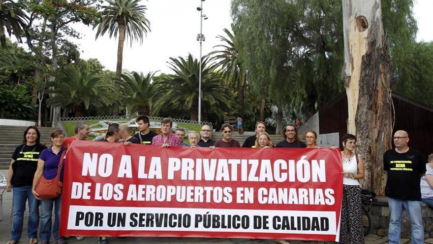 Representantes de varios sindicatos informaron de la manifestación que organizaran para oponerse a la privatización de los aeropuertos canarios. EFE/Cristóbal García