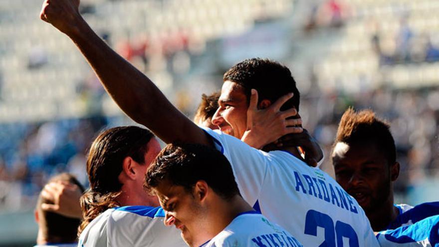 Los jugadores del CD Tenerife celebran un gol en una imagen de archivo. (ACFI PRESS)