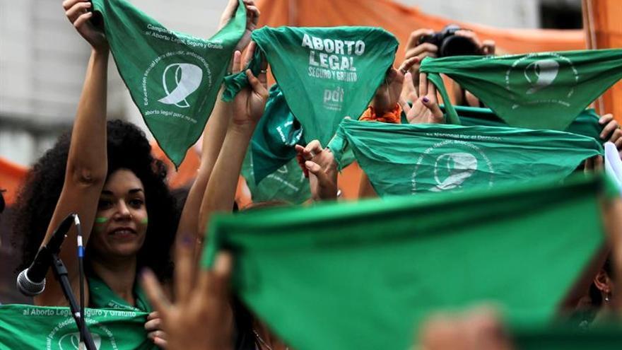 """""""Pañuelazo"""" verde en Argentina para pedirle al Estado dureza contra violencia"""